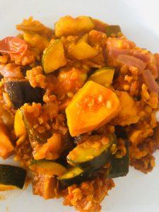 Stoofschotel van zoete aardappel, aubergine en linzen